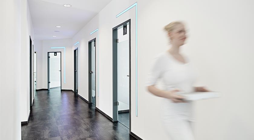 Gemeinschaftspraxis Zahnmedizin Flur mit Zahnarzthelferin